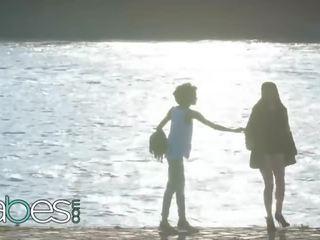 fénykép nudisták a pufók a tengerparton