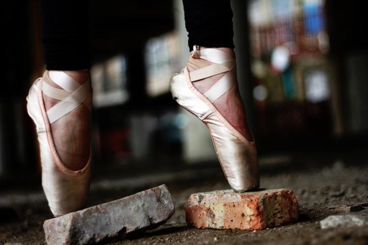 a balett-táncosnak merevedése van)