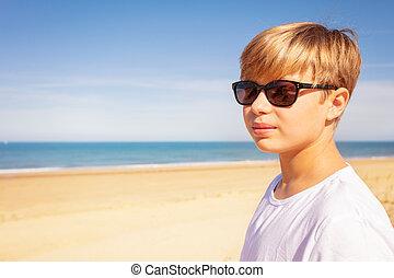 pufók fiú a tengerparton